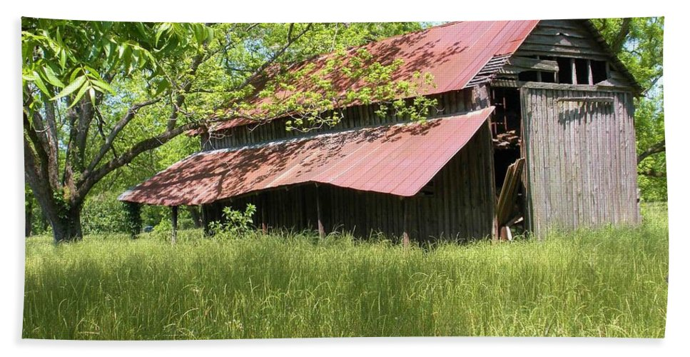 Barn Hand Towel featuring the photograph Georgia Barn by Nelson Strong