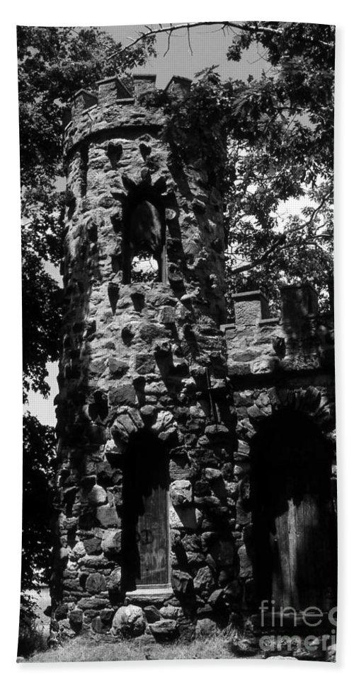 Castle Bath Towel featuring the photograph Glen Island Castle by Richard Rizzo