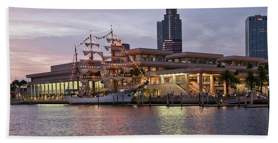 Arc Gloria Hand Towel featuring the photograph Gloria Visiting Tampa by Steven Sparks