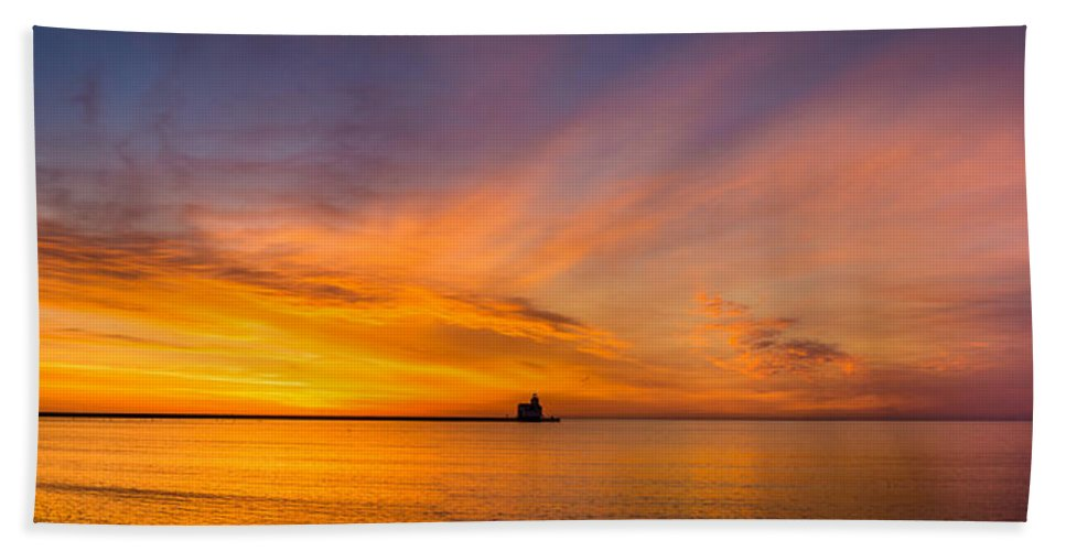 Lighthouse Bath Sheet featuring the photograph Glorious Expanse by Bill Pevlor