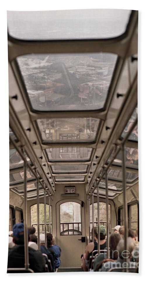 Cable Car Bath Towel featuring the photograph Going Down by Richard Rizzo