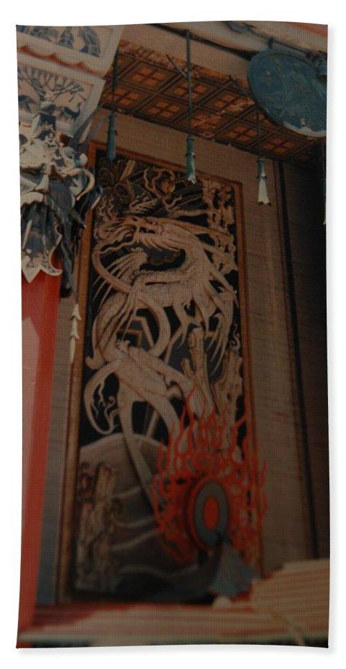 Grumanns Chinese Theater Bath Sheet featuring the photograph Grumanns Chinese Theater by Rob Hans