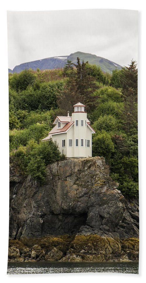 Halibut Cove Lighthouse Hand Towel featuring the photograph Halibut Cove Lighthouse by Phyllis Taylor