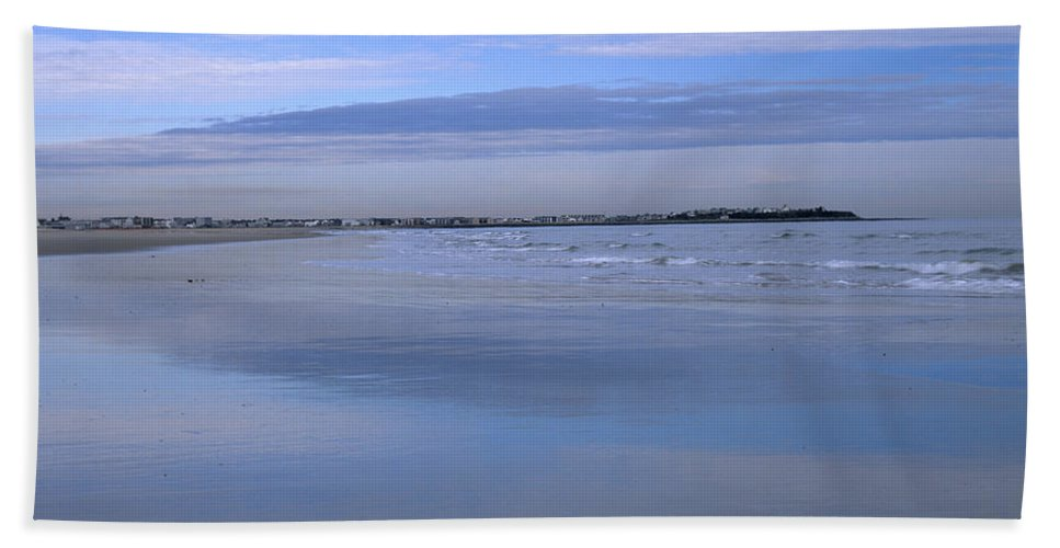 Beach Bath Towel featuring the photograph Hampton Beach New Hampshire Usa by Erin Paul Donovan