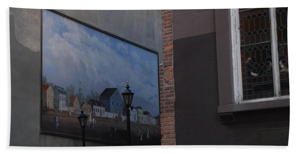 Street Scene Bath Towel featuring the photograph Hanging Art In N Y C by Rob Hans