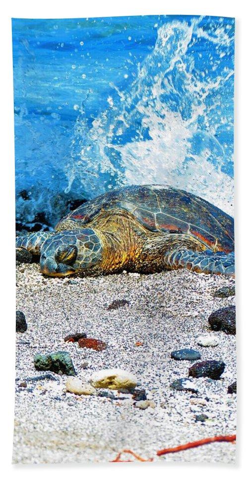 Beautiful Hawaiian Green Sea Turtle Honu Hand Towel featuring the photograph Hawaiian Green Turtle Honu by Daniel Mazzei