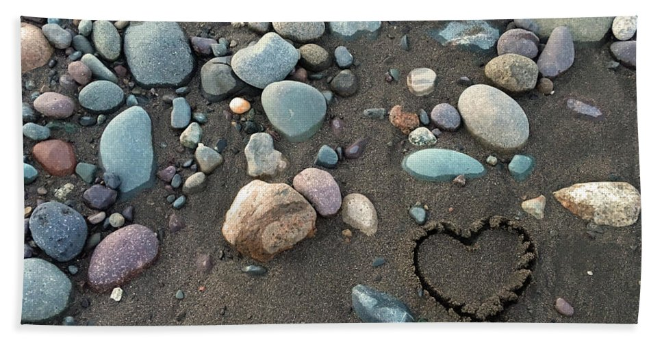 Rock Bath Sheet featuring the drawing Heart In The Sand by Selinda Van Horn