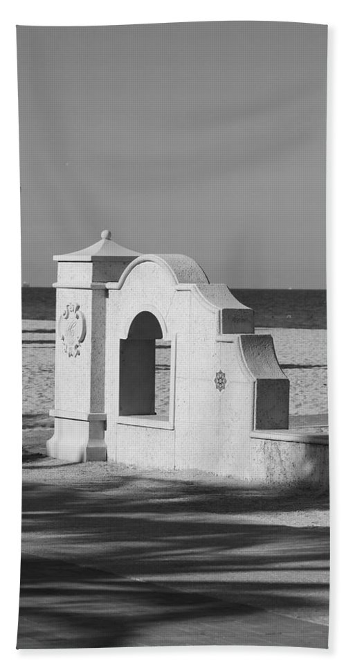 Black And White Hand Towel featuring the photograph Hollywood Beach Wall by Rob Hans