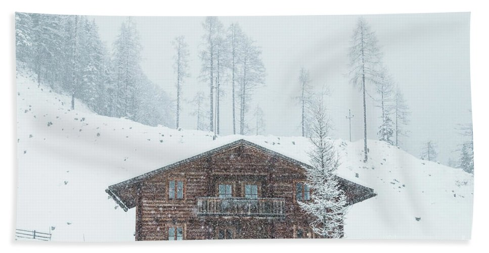 Horizontal Bath Sheet featuring the photograph Huts And Winter Landscapes by Travel and Destinations - By Mike Clegg