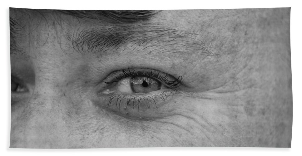 Black And White Bath Towel featuring the photograph I See You by Rob Hans