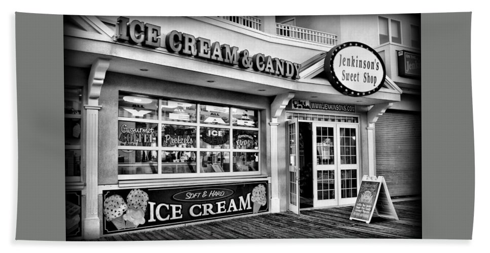 Jersey Shore Bath Towel featuring the photograph Ice Cream And Candy Shop At The Boardwalk - Jersey Shore by Angie Tirado