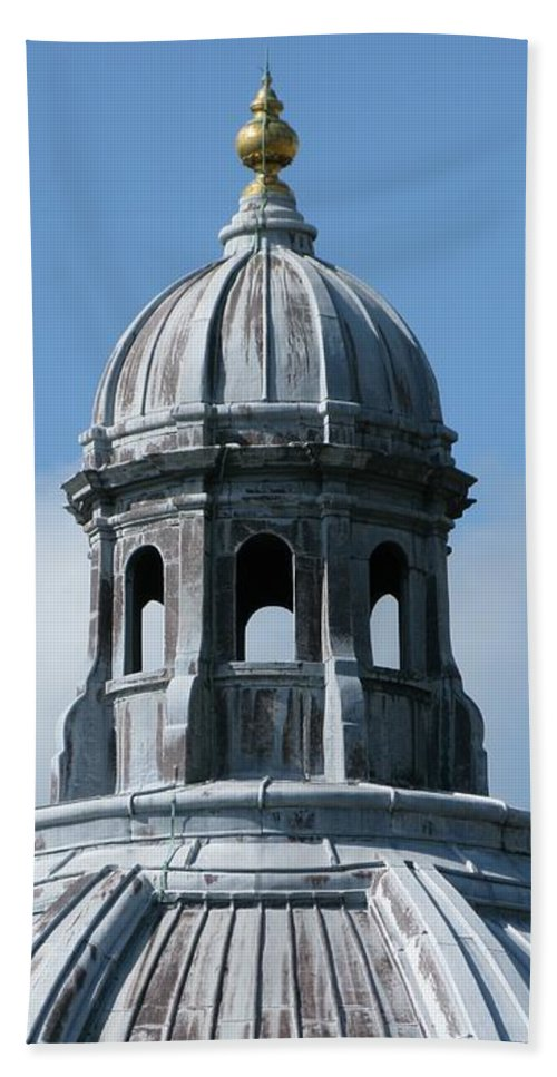 Oxford University Bath Towel featuring the photograph Iconic Dome by Ann Horn