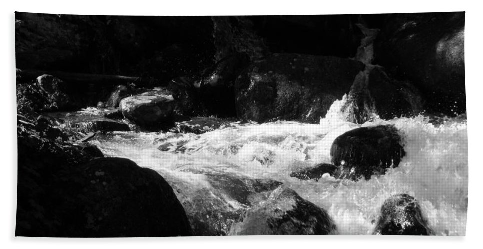 Rivers Bath Towel featuring the photograph Into The Light by Amanda Barcon
