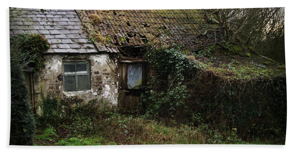 Hovel Bath Sheet featuring the photograph Irish Hovel by Tim Nyberg