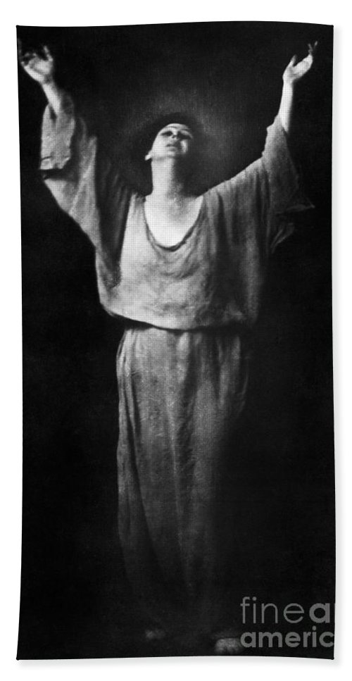 1917 Hand Towel featuring the photograph Isadora Duncan (1877-1927) by Granger