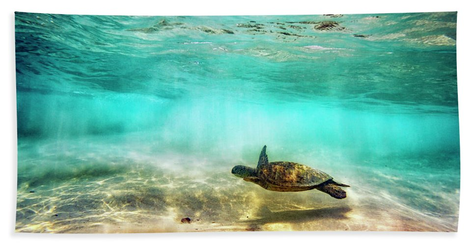 Turtle Hand Towel featuring the photograph Kua Bay Honu by Christopher Johnson