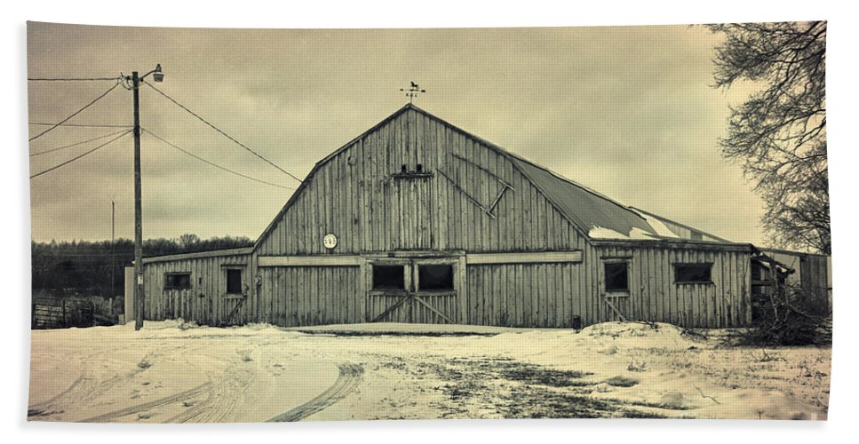 Larsen Road Bath Sheet featuring the photograph Larsen Road Barn by Joel Witmeyer