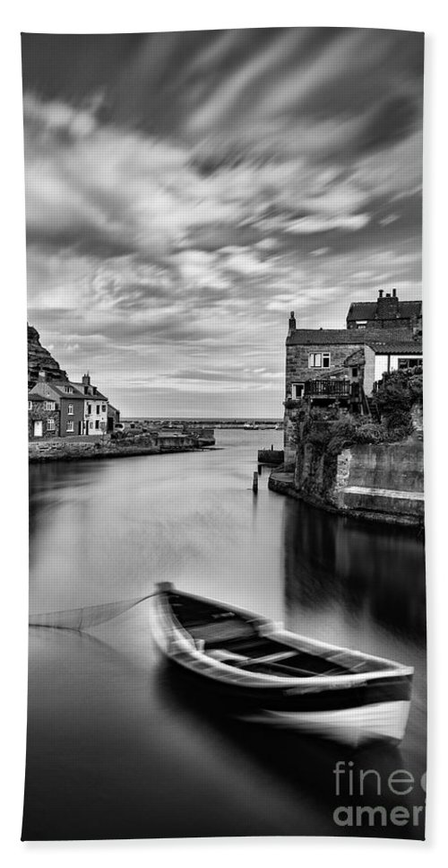 Cow Bar Nab Hand Towel featuring the photograph Leading Light At Staithes by Richard Burdon