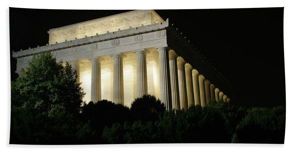 Hand Towel featuring the photograph Lincoln Memorial by Darren Edwards