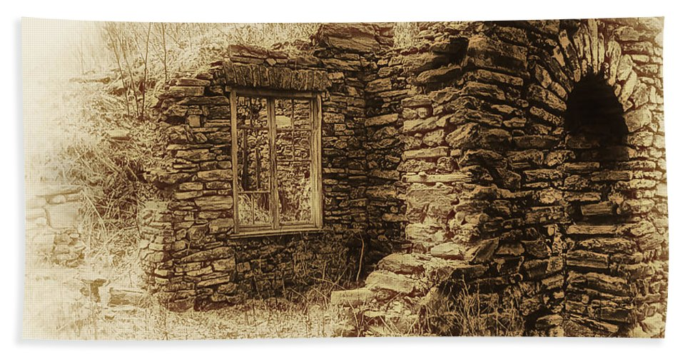 Old House Bath Sheet featuring the photograph Living in the Past by Bill Cannon