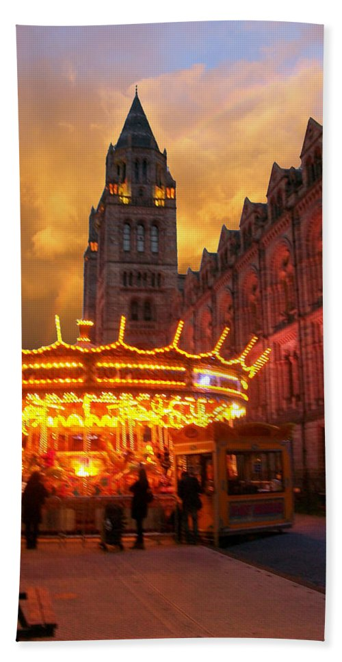 Hand Towel featuring the photograph London Museum At Night by Munir Alawi