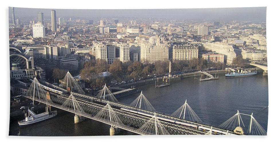City Scape Hand Towel featuring the photograph London01 by Rogers