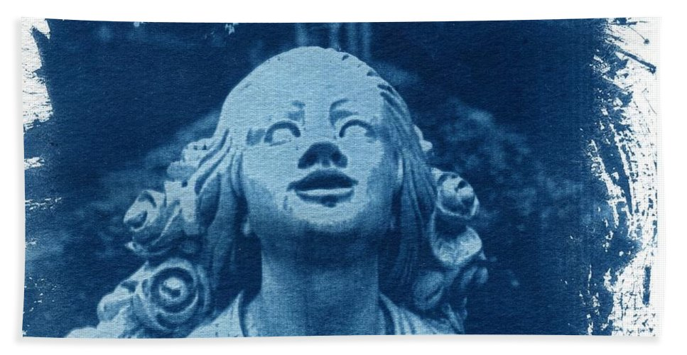 Head Hand Towel featuring the photograph Looking Up by Jane Linders