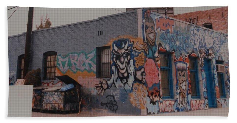 Urban Bath Towel featuring the photograph Los Angeles Urban Art by Rob Hans