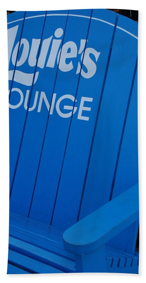 Bench Bath Towel featuring the photograph Louie S Lounge by Rob Hans
