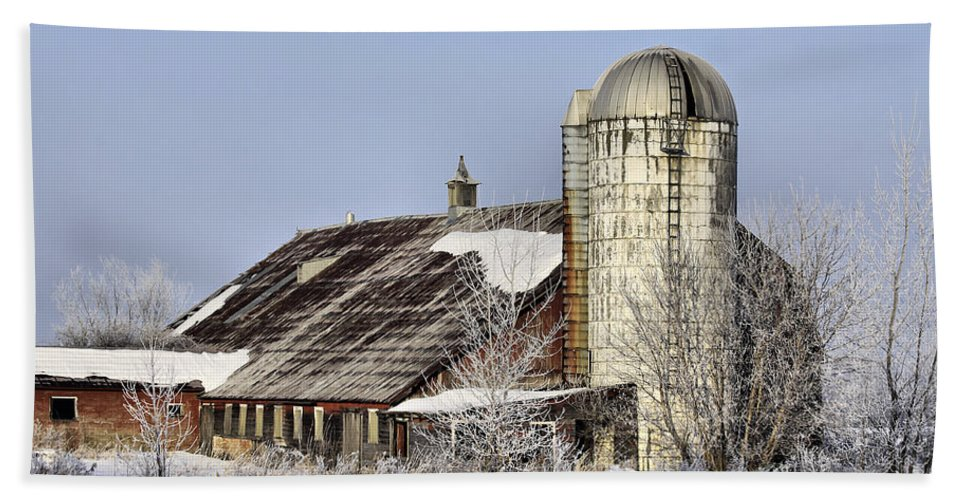 Vermont Hand Towel featuring the photograph Lower Newton Rd. Barn by Deborah Benoit