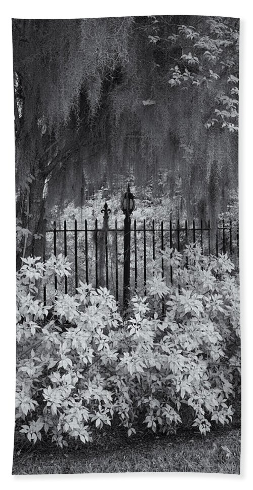 Cindy Archbell Hand Towel featuring the photograph Magnolia Plantation Lightpost by Cindy Archbell