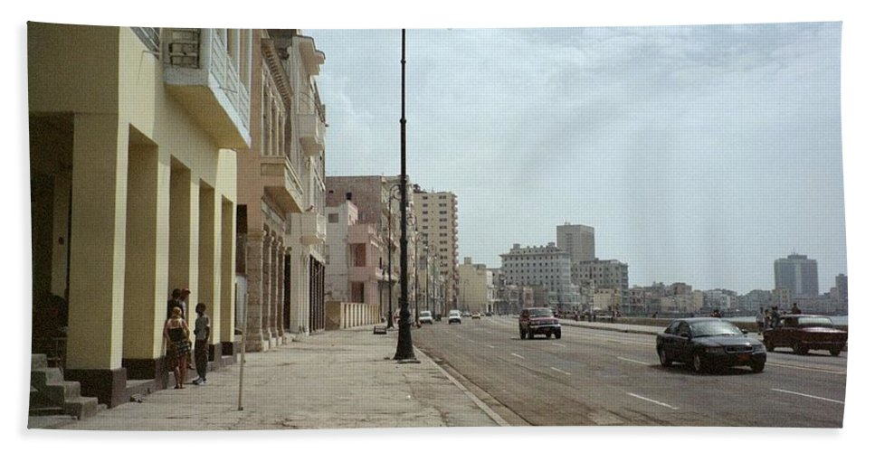 Quin Sweetman Bath Towel featuring the photograph Malecon En Havana by Quin Sweetman