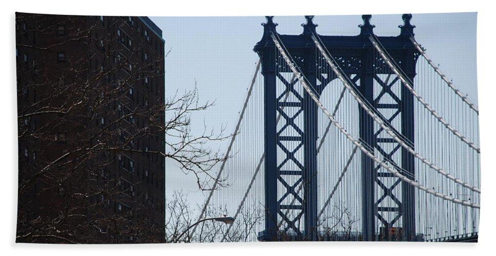 Manhattan Bath Towel featuring the photograph Manhattan Bridge by Rob Hans