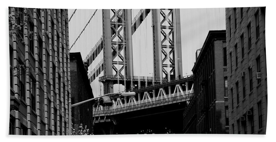 Manhattan Bridge Bath Sheet featuring the photograph Manhattan Empire by Andrew Fare