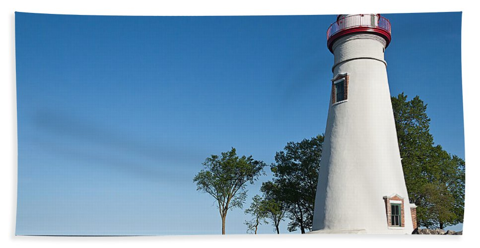 Marblehead Lighthouse Hand Towel featuring the photograph Marblehead Lighthouse by Dale Kincaid