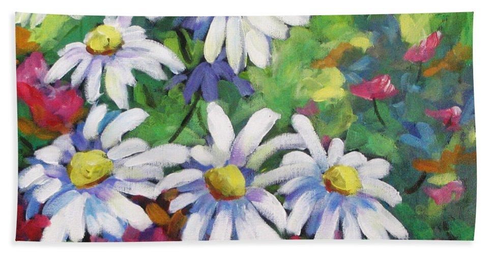 Fleurs Bath Towel featuring the painting Marguerites 001 by Richard T Pranke