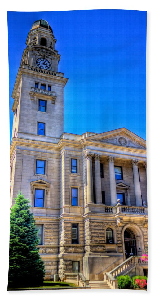 Marietta Hand Towel featuring the photograph Marietta Courthouse by Jonny D
