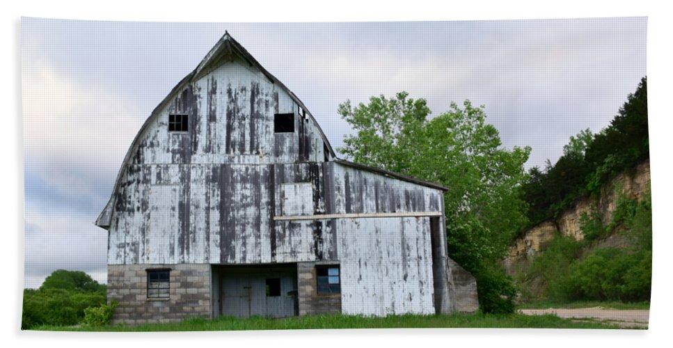 Mcgregor Iowa Barn Bath Sheet featuring the photograph Mcgregor Iowa Barn by Kathy M Krause