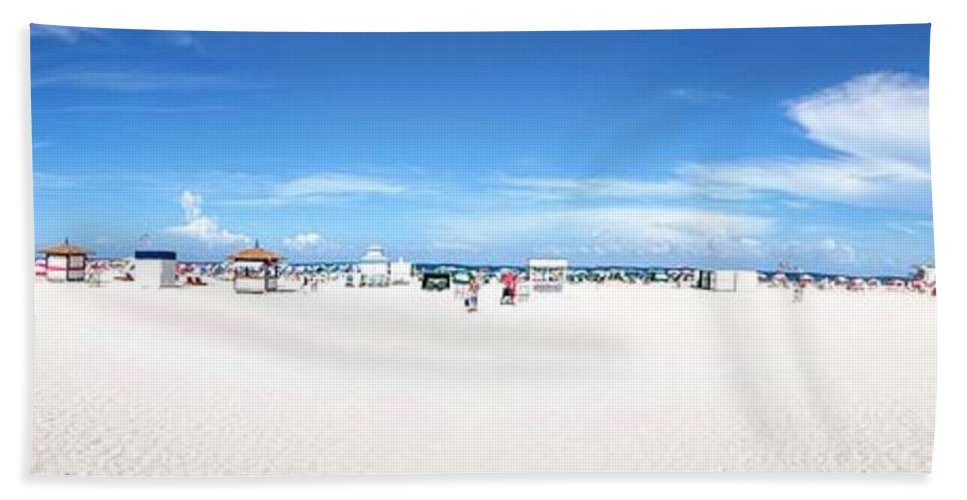 Miami Beach Bath Towel featuring the photograph Miami Beach by Daniel Diaz