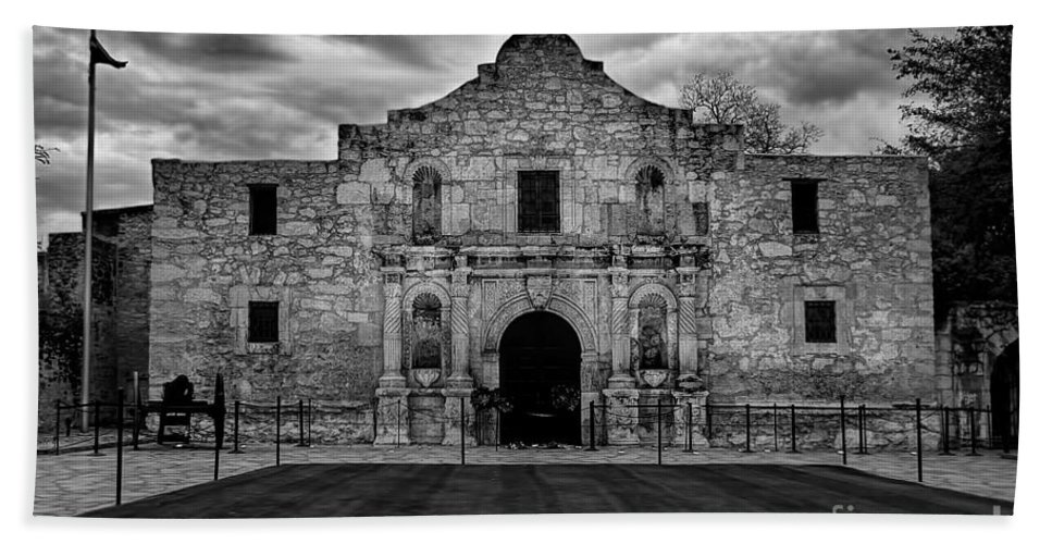 Moody Morning At The Alamo Bw Hand Towel featuring the photograph Moody Morning At The Alamo Bw by Jemmy Archer