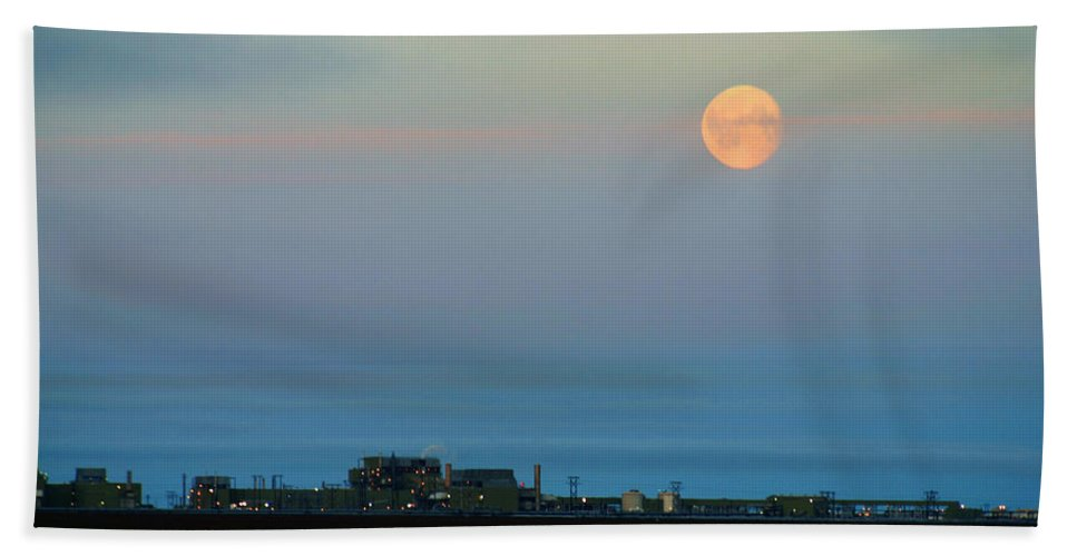 Landscape Bath Towel featuring the photograph Moon Over Flow Station 1 by Anthony Jones