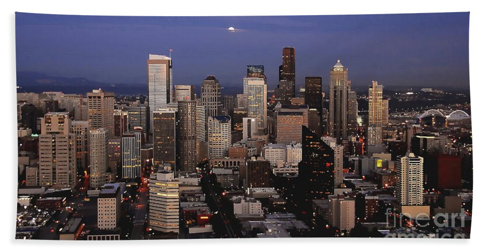 Seattle Bath Towel featuring the photograph Moon Over Seattle by David Lee Thompson