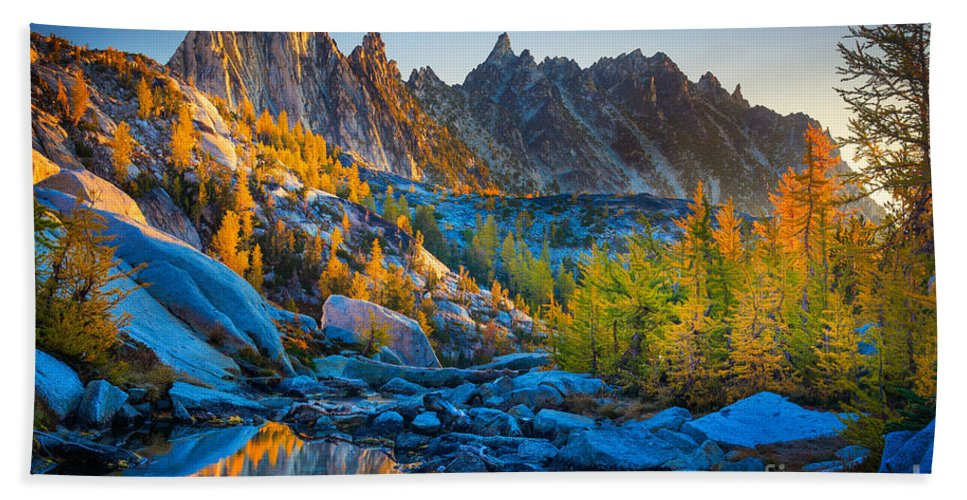Alpine Lakes Wilderness Hand Towel featuring the photograph Mountainous Paradise by Inge Johnsson