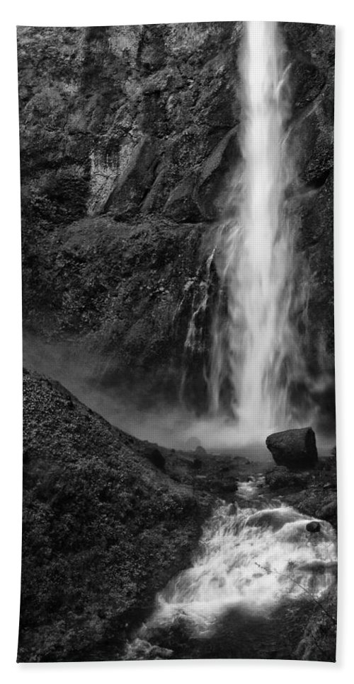 Black And White Hand Towel featuring the photograph Multnomah Falls In Black And White by Renee Hong