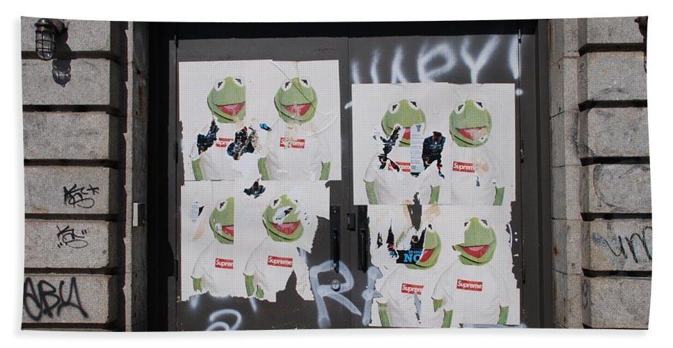 Kermit The Frog Bath Towel featuring the photograph N Y C Kermit by Rob Hans