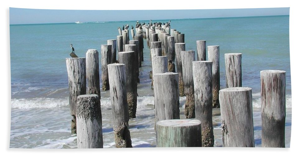 Ocean Bath Towel featuring the photograph Naples Pier by Tom Reynen