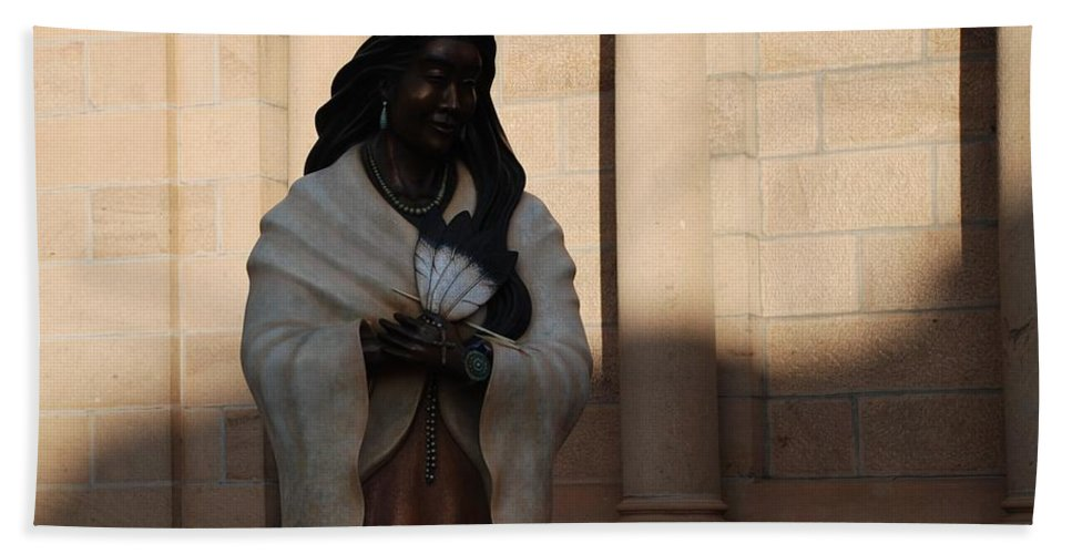Sculpture Bath Towel featuring the photograph Native American Saint by Rob Hans