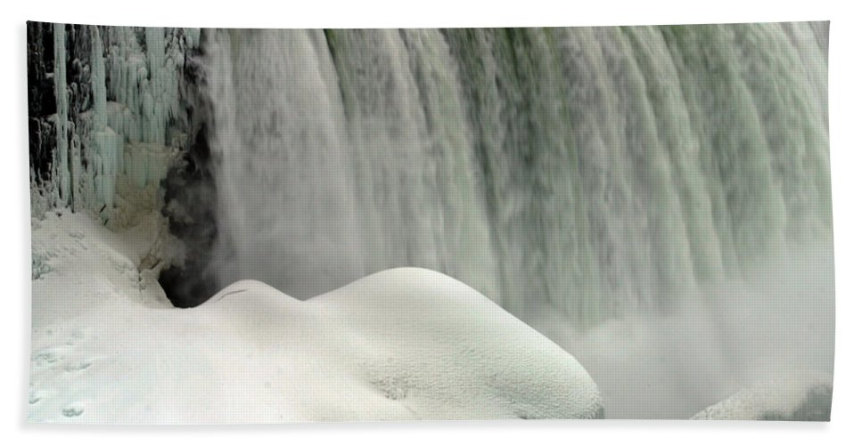 Landscape Bath Towel featuring the photograph Niagara Falls 3 by Anthony Jones