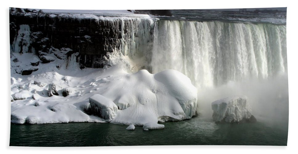 Landscape Bath Towel featuring the photograph Niagara Falls 6 by Anthony Jones