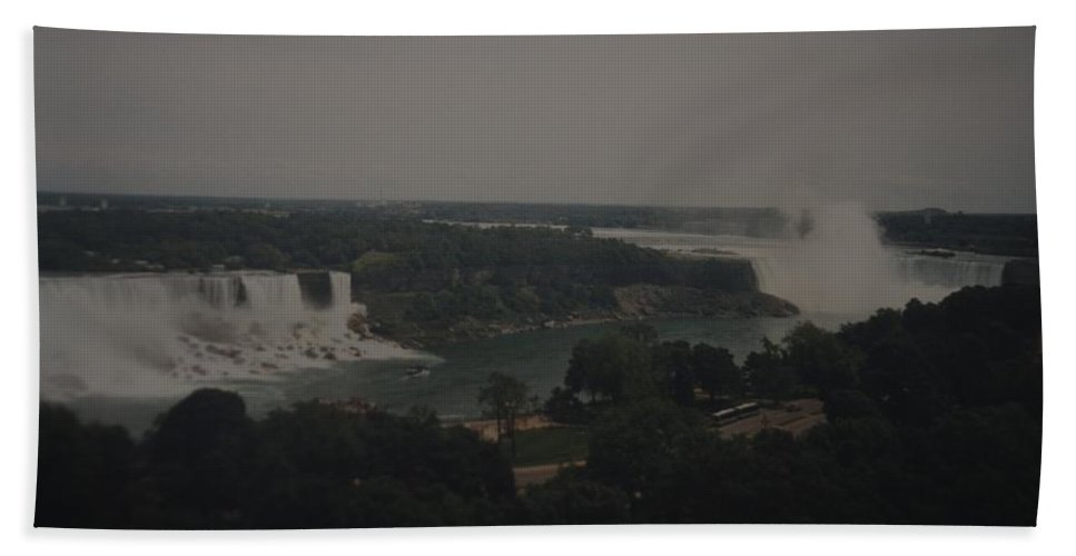 Niagara Falls Bath Towel featuring the photograph Niagara Falls by Rob Hans